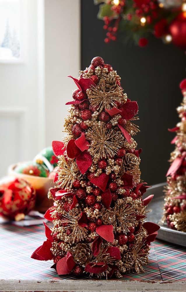 Árvore de natal dourada com enfeites vermelhos: uma bela combinação de cores