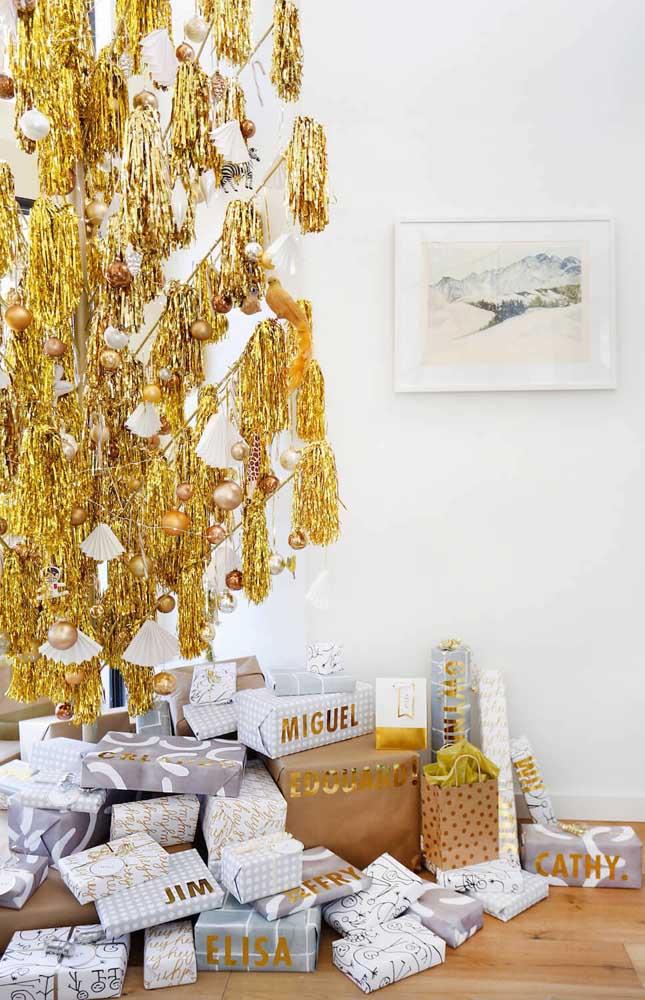 Mais um modelo de árvore de natal dourada bem criativa para você se inspirar