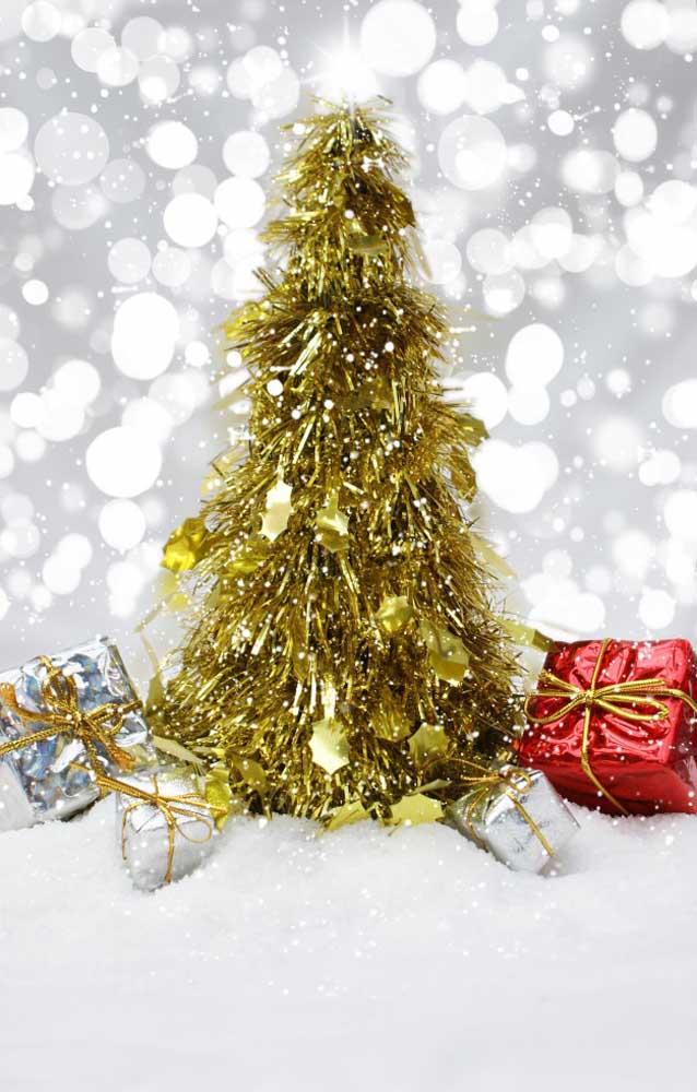 Miniaturas de árvore de natal dourada como essa da imagem são muito fáceis de encontrar e custam pouco