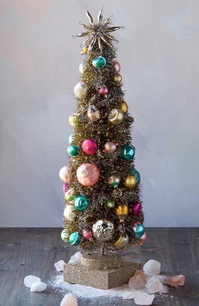 Árvore de natal dourada decorada com bolinhas de vidro coloridas; simplicidade e beleza em harmonia por aqui