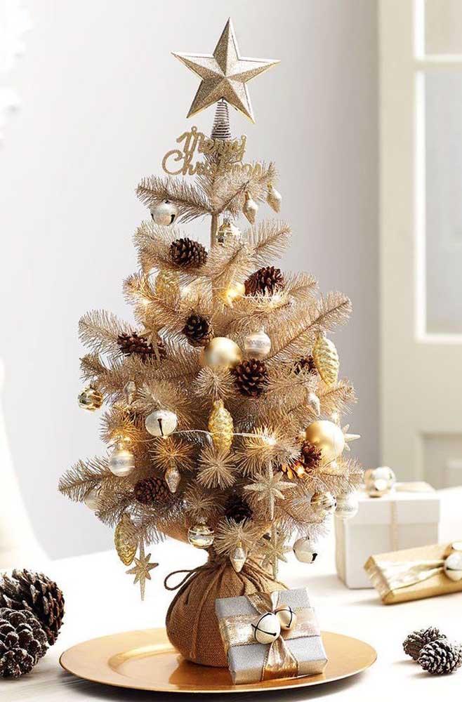 Não importa o tamanho, capriche nos enfeites da sua árvore de natal dourada