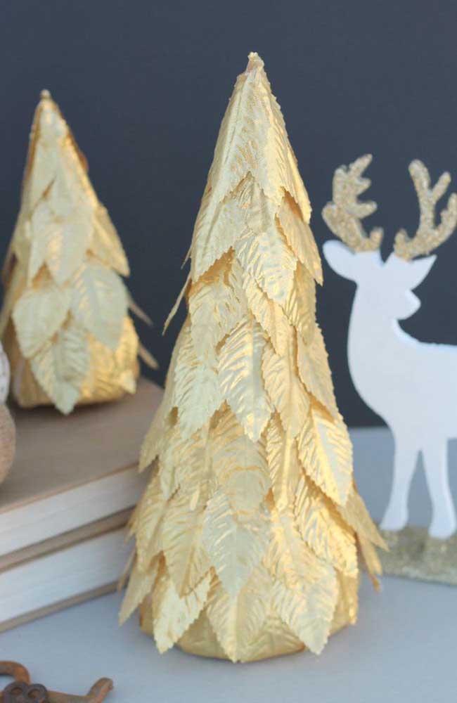 Um modelo diferente e muito bonito de árvore de natal dourada
