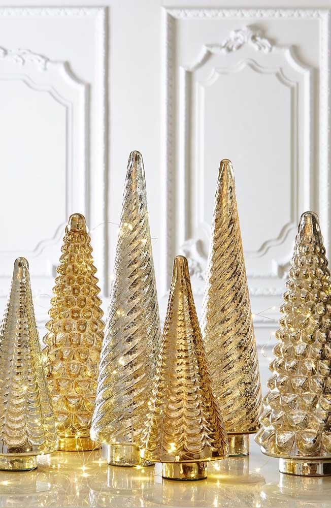 Para escolher: esse conjunto de árvores de natal douradas trazem luzes de pisca pisca no interior