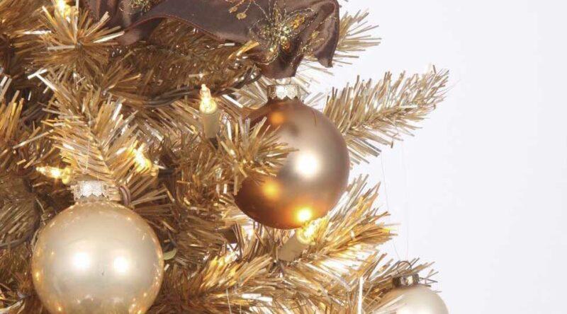 Árvore de Natal dourada: 60 inspirações para decorar com a cor