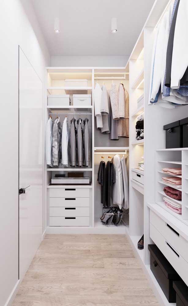 Inspiração de um closet simples com iluminação interna, gaveteiros e cabideiros, além dos nichos exclusivos para camisas