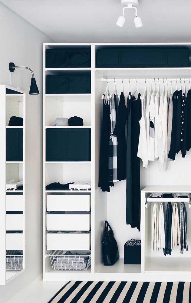 Modelo de closet de gesso simples com gavetas e cabideiros tanto para casacos e vestidos, quanto para as calças