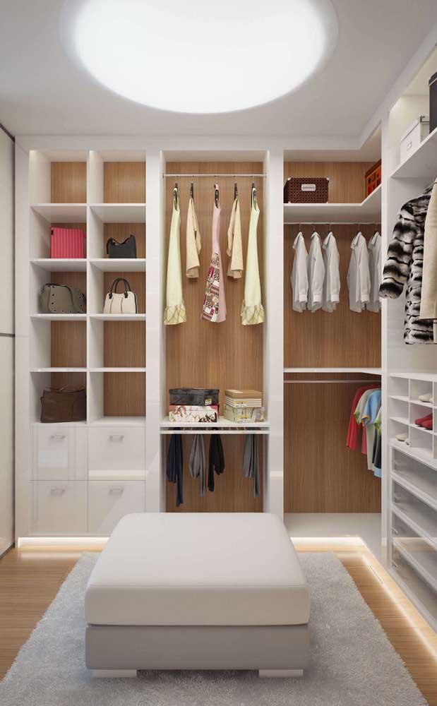 Esse closet teve apenas a estrutura construída de gesso no entorno dos nichos e prateleiras, preservando o fundo em madeira