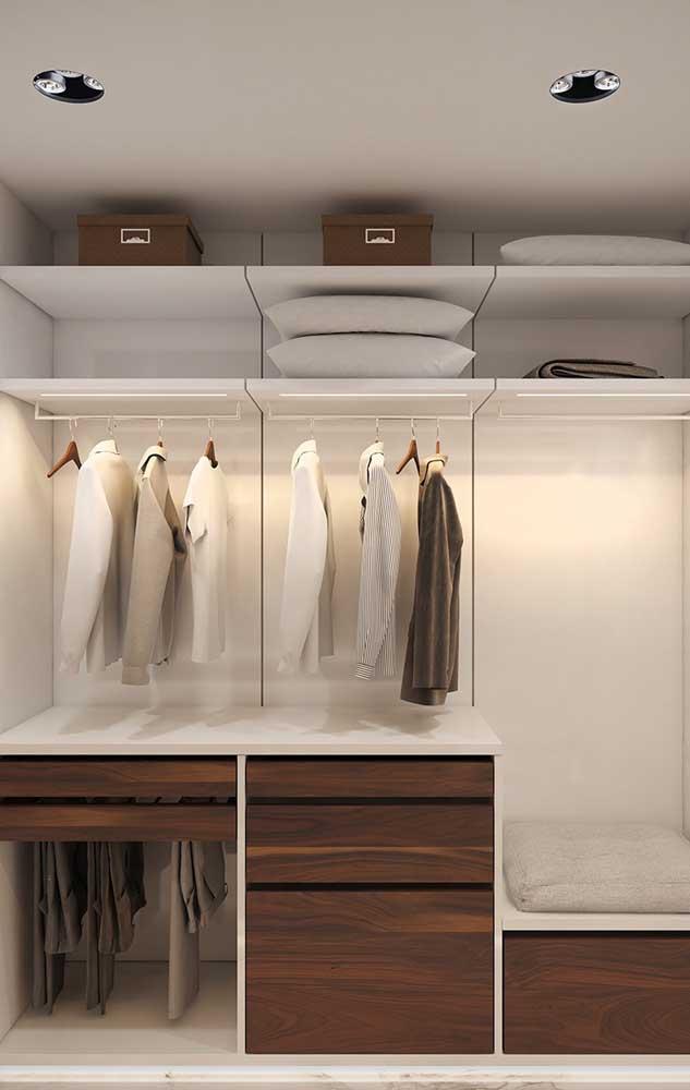 O closet elegante de gesso ganhou gavetas de madeira e iluminação em LED interna