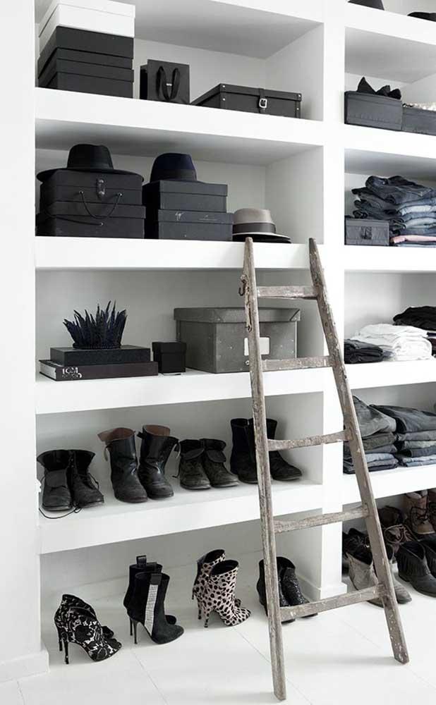 Closet de gesso com prateleiras padronizadas para a organização dos sapatos e outras peças importantes