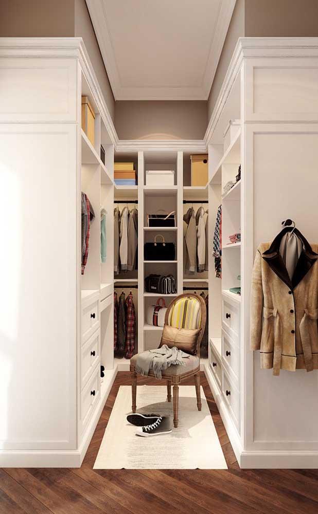 Closet pequeno de gesso em um formato que imita a marcenaria clássica
