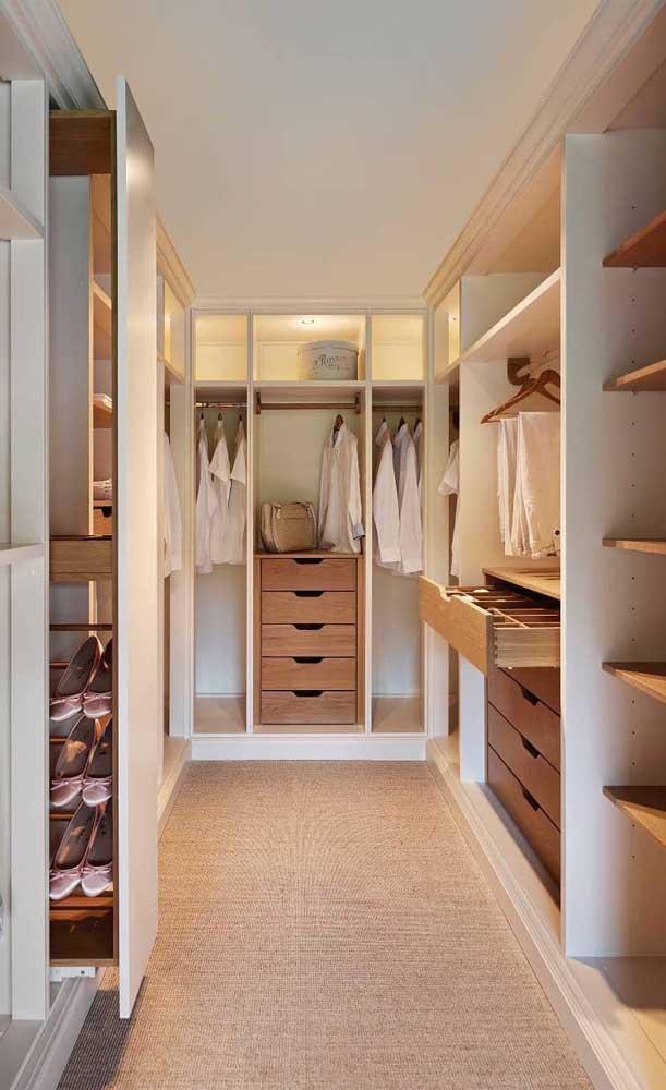 Esse modelo mais espaçoso de closet de gesso contou com portas de vidro para alguns nichos, gaveteiros e prateleiras de madeira