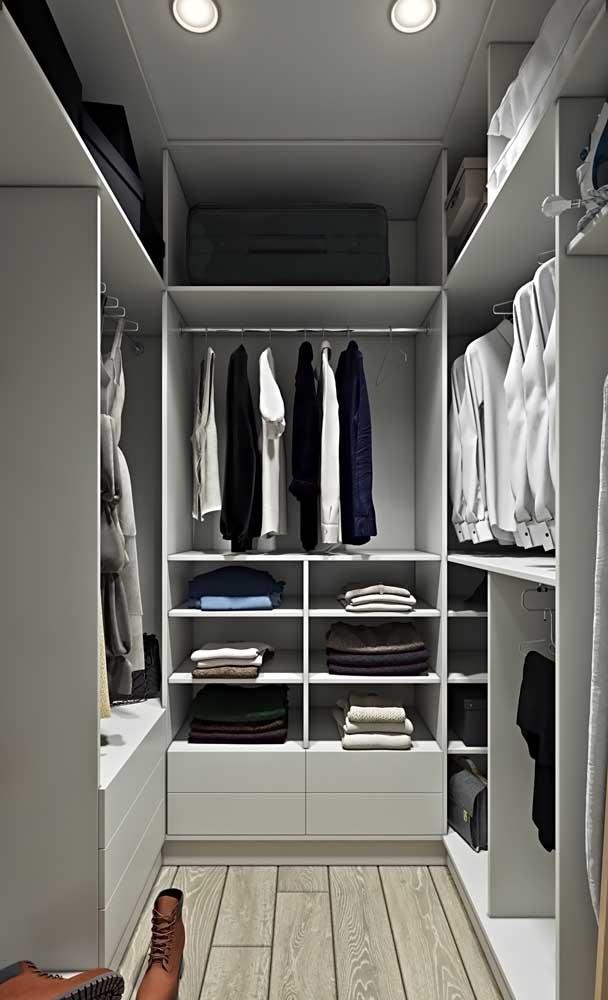 Closet simples e bem organizado, com espaços exclusivos para cada tipo de peça