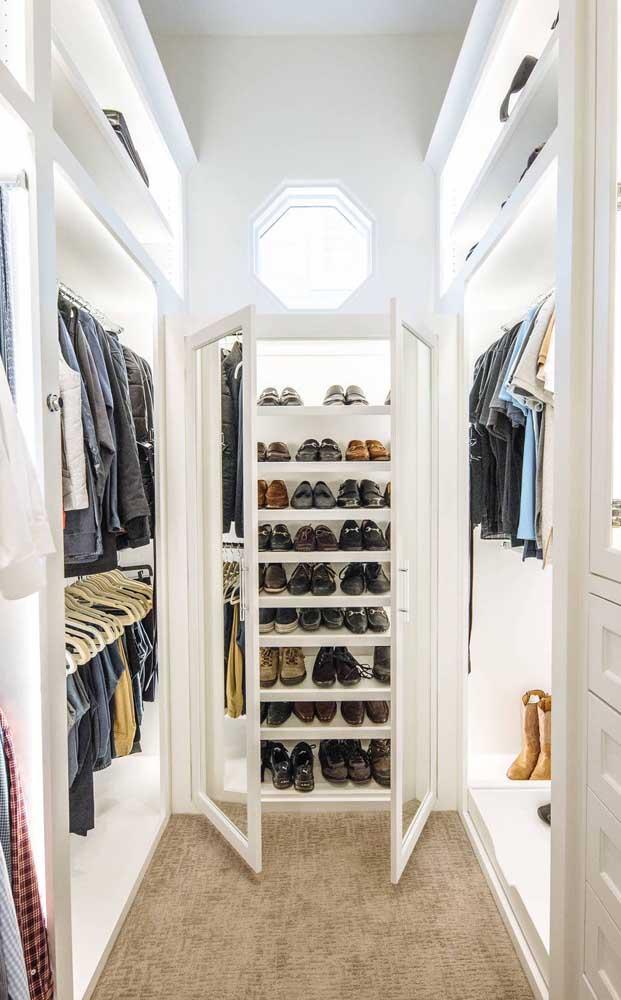Esse closet de gesso super elegante ganhou portas espelhadas para a área dos sapatos e iluminação em LED interna para as prateleiras das roupas