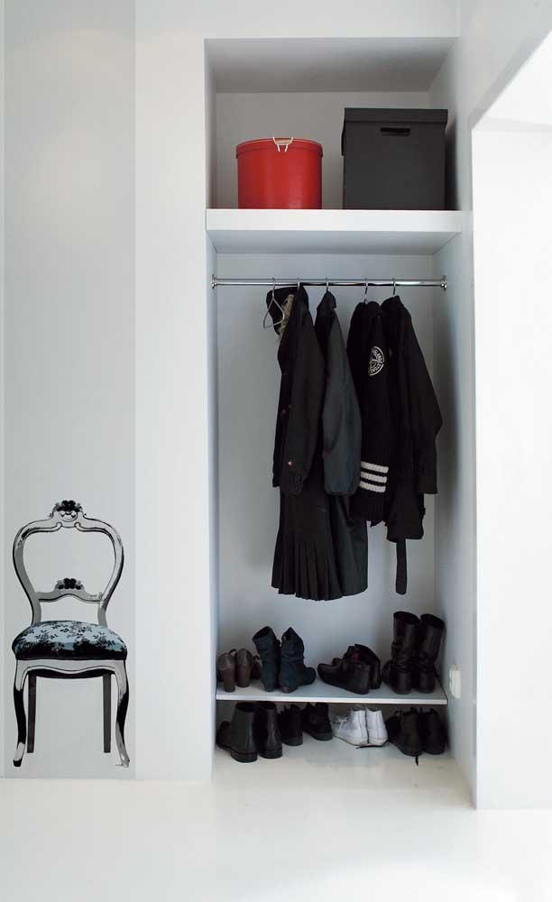Essa opção de closet pequeno, feito em gesso, conta apenas com duas prateleiras e um cabideiro