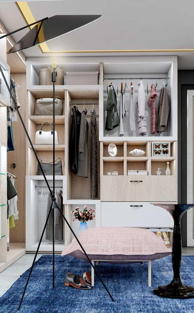 Opção de closet de gesso aberto com estrutura de madeira ao fundo e prateleiras específicas para cada tipo de peça