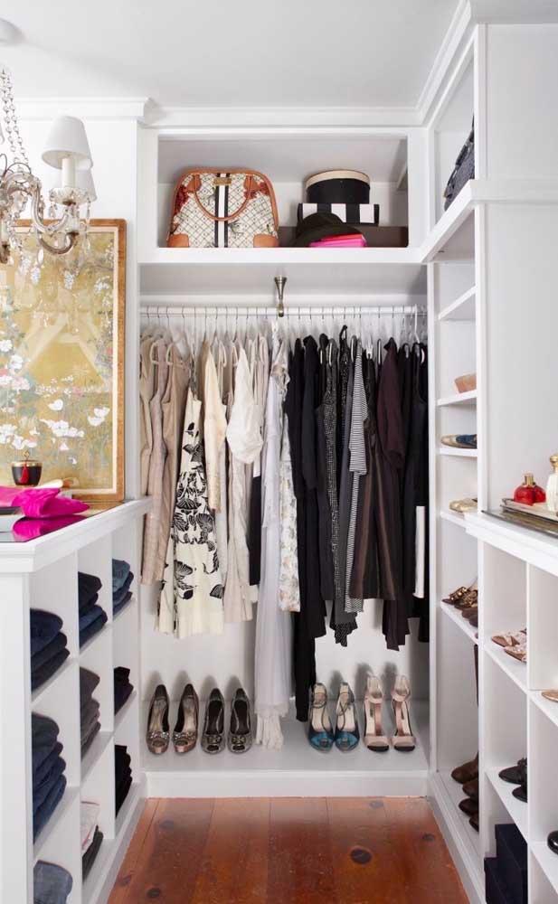 Esse closet de gesso contou com espaços bem definidos para cada tipo de peça