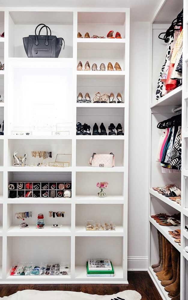Closet de gesso para quarto pequeno com diferentes variações de nichos
