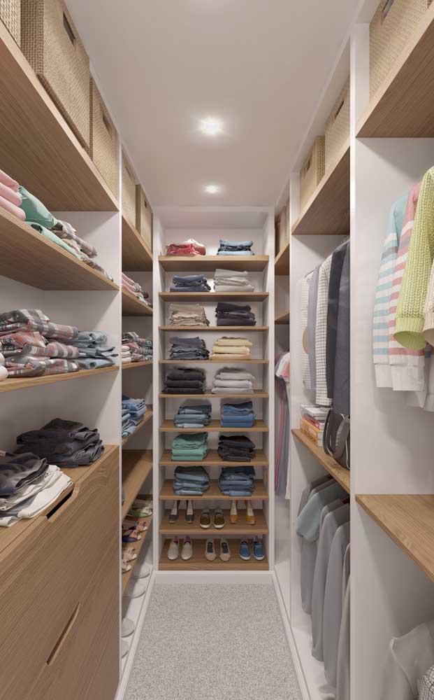 Modelo de closet de gesso mesclado com madeira; uma ótima opção para quem deseja unir beleza com preço acessível