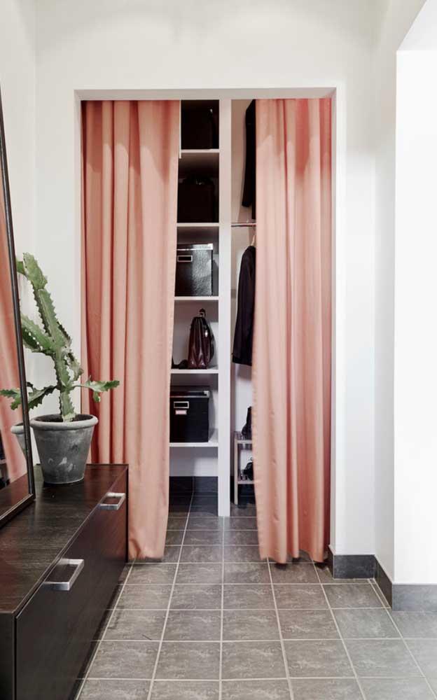 """Modelo de closet de gesso com cortina, perfeito para """"esconder"""" o espaço"""