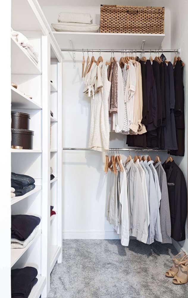 Nessa inspiração, o closet de gesso contou com espaços específicos para casacos e blazers