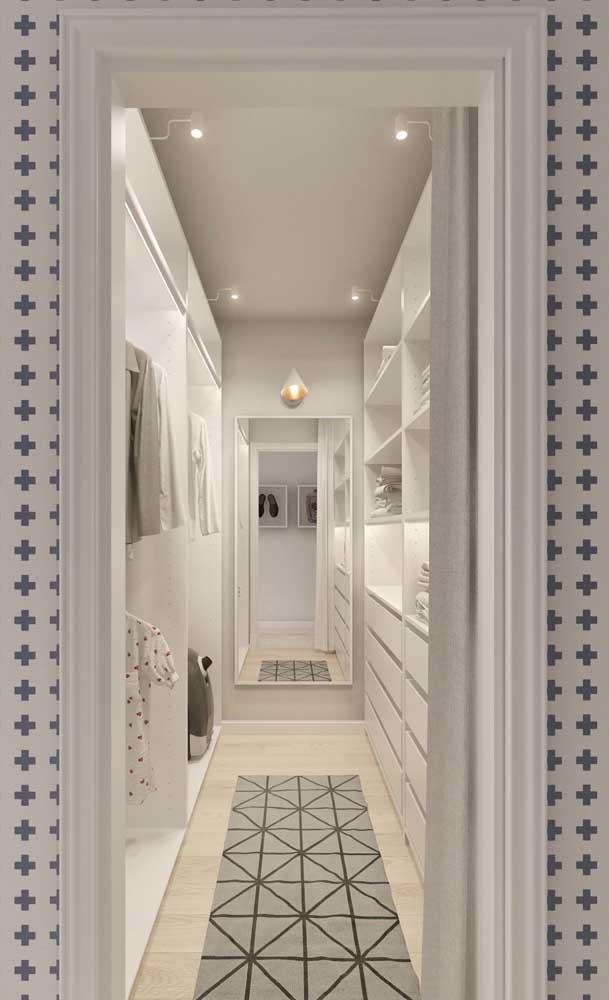 Closet de gesso com espelho ao fundo e iluminação interna nas prateleiras