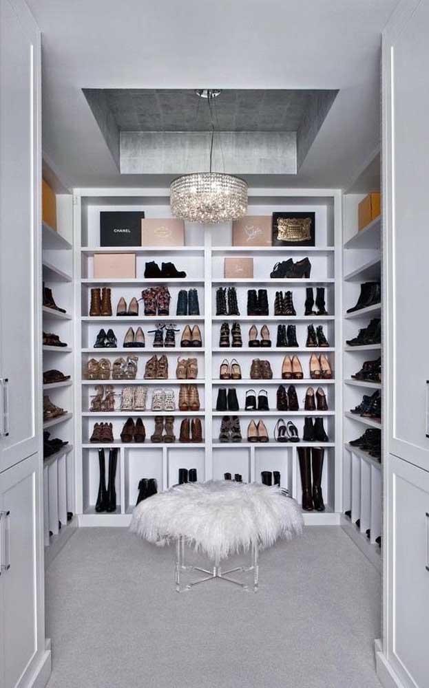 Closet grande em gesso usado aqui exclusivamente para os sapatos e bolsas