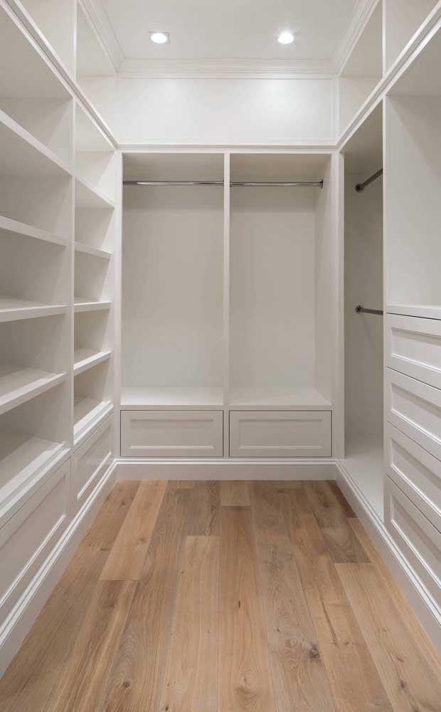 Inspiração de um closet de gesso em U, ocupando o ambiente na totalidade