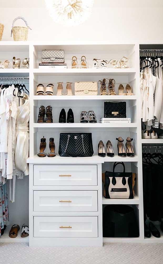 O closet de gesso pode receber gavetas e nichos de tamanhos diferentes para acomodar bolsas e sapatos