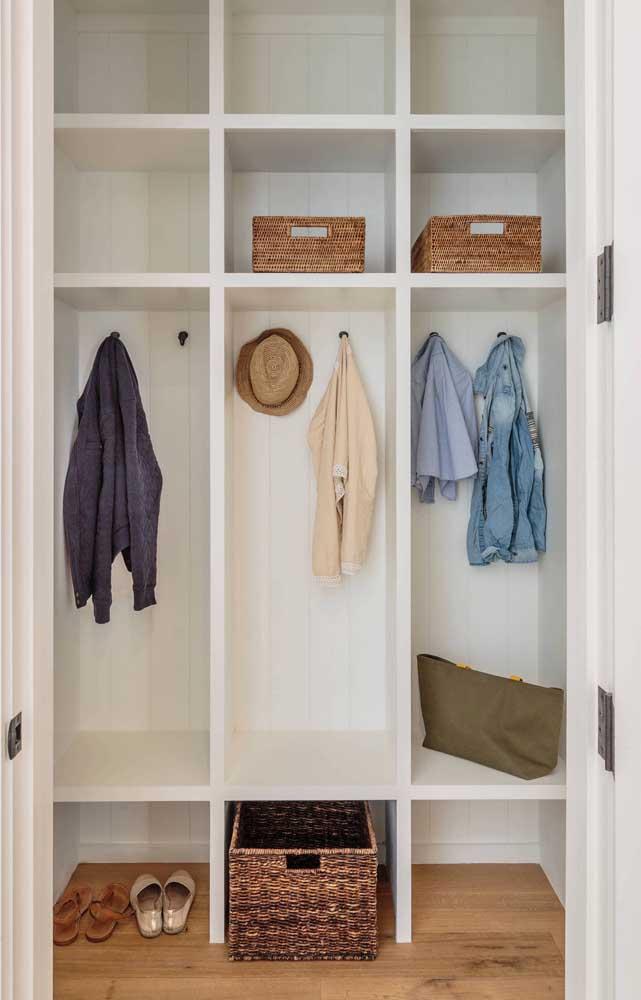 Closet de gesso simples e pequeno com ganchos internos e prateleiras ao longo da estrutura