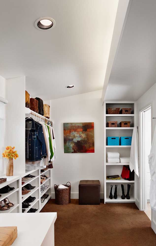 Para aproveitar melhor o espaço disponível, esse closet de gesso foi projeto de modo modular e com peças distantes uma da outra