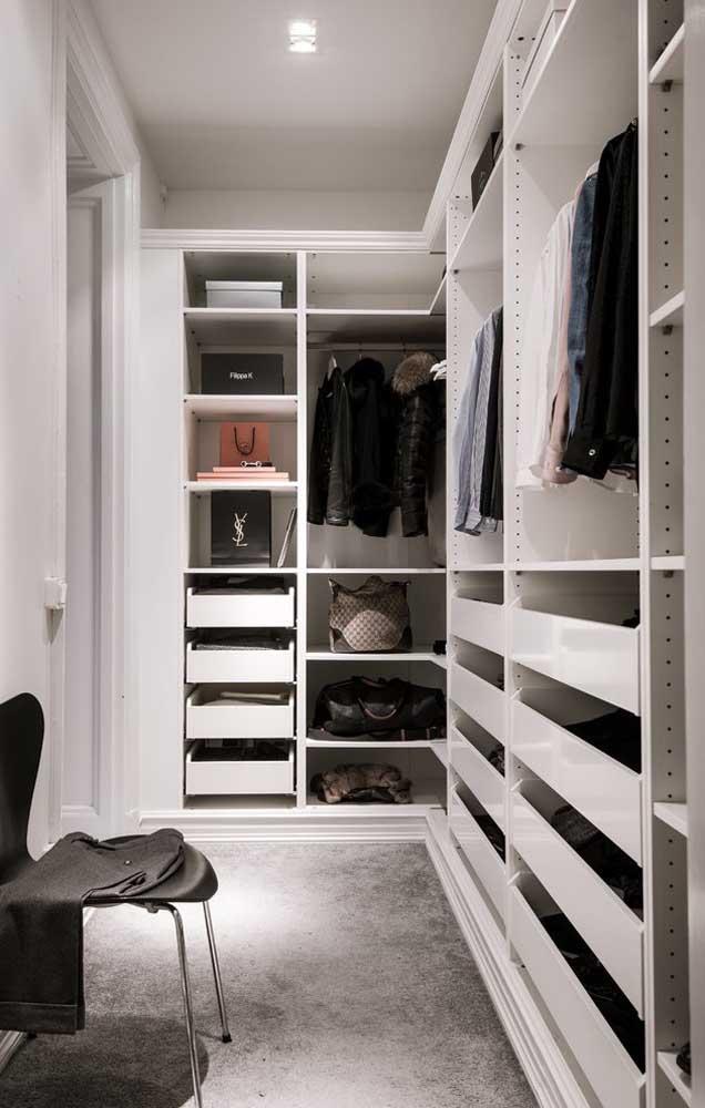 Closet de gesso em L com gaveteiros e cabideiros