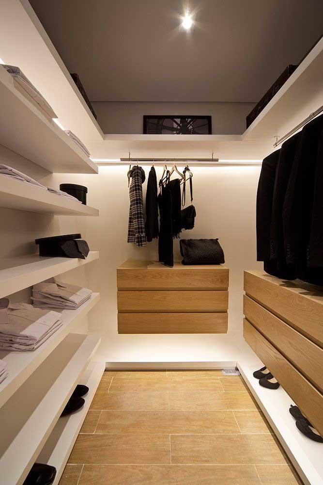 Já esse outro closet de gesso contou com uma estrutura mais simplificada, apostando na iluminação como diferencial estético