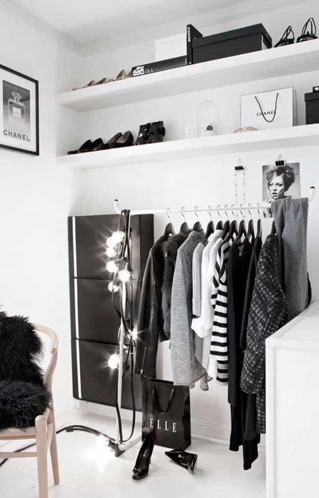 Para esse closet de gesso, a escolha foi por prateleiras aéreas para organizar objetos e, para os casacos, foi usada uma arara abaixo das prateleiras