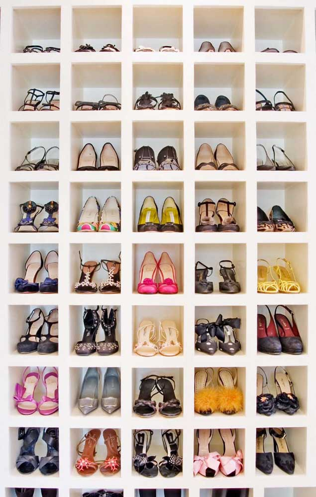 Nichos de gesso específicos para os sapatos, acomodando perfeitamente cada par