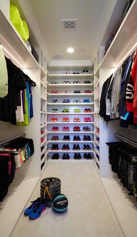 Closet de gesso em U com prateleiras para sapatos ao fundo. Destaque para a iluminação que fez toda a diferença no espaço
