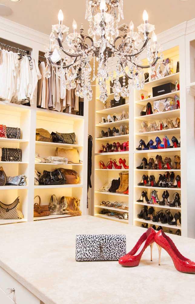 Modelo super sofisticado de closet de gesso com ilha e prateleiras para sapatos e bolsas; destaque ainda para a iluminação interna em LED
