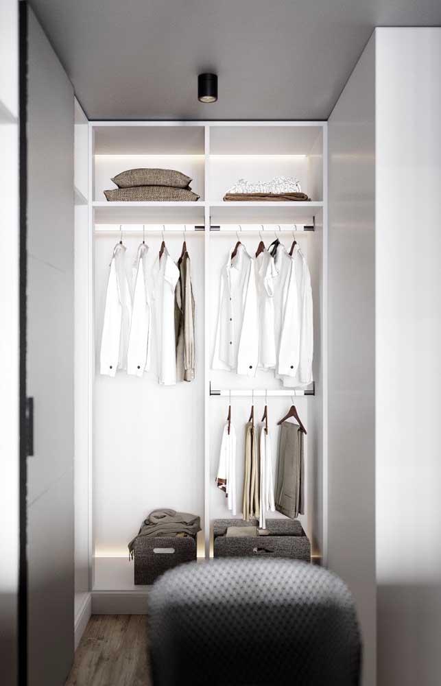 Opção de closet pequeno e simples com iluminação interna