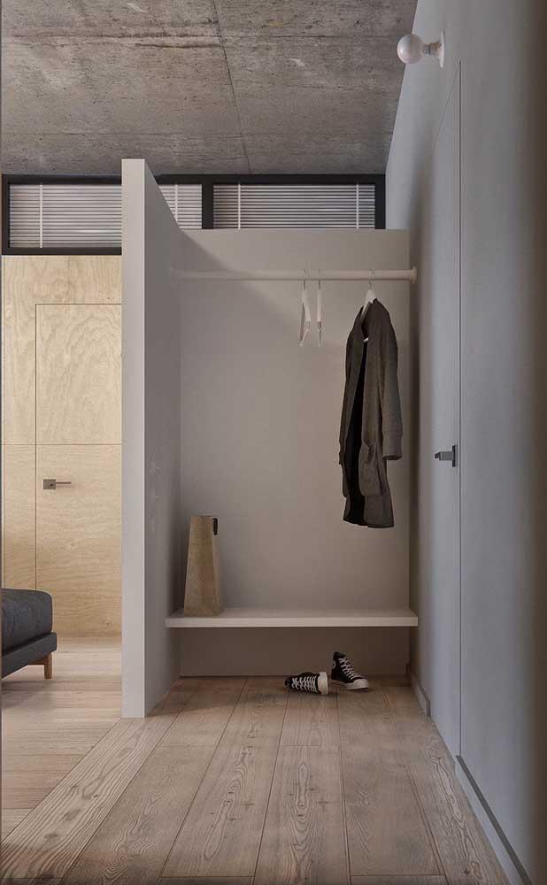 Closet pequeno de gesso na entrada do quarto para acomodar as roupas, bolsas e sapatos que acabaram de ser tirados