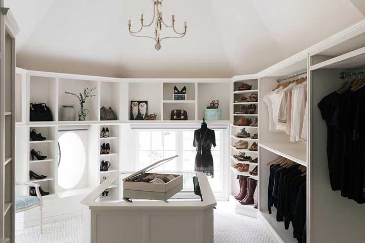 Closet grande e com iluminação da casa, inspiração perfeita para quem pode dedicar um dos quartos da casa a isso
