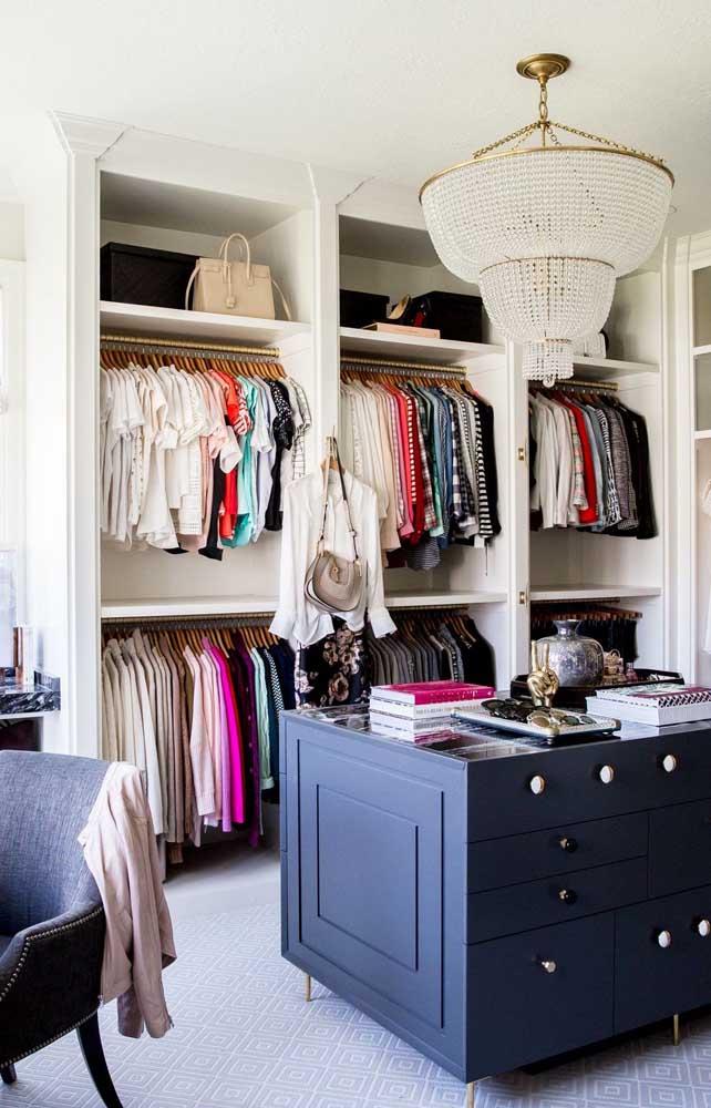 Closet pequeno de gesso com divisórias padronizadas para receber blusas, camisetas e casacos