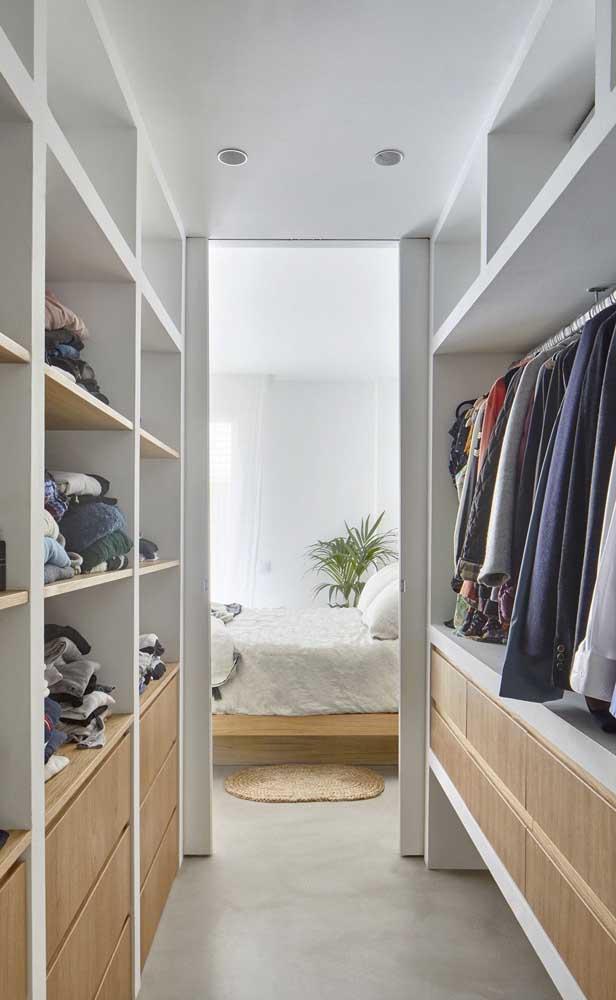 Esse outro closet de gesso contou com gaveteiros de madeira no nível mais baixo das prateleiras