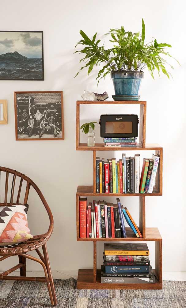 Troque a estante tradicional por um aglomerado de nichos de madeira, como mostra a imagem abaixo