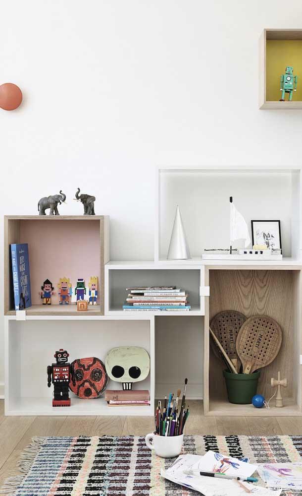 Nichos de madeira em dois tons diferentes organizam e decoram esse quarto infantil