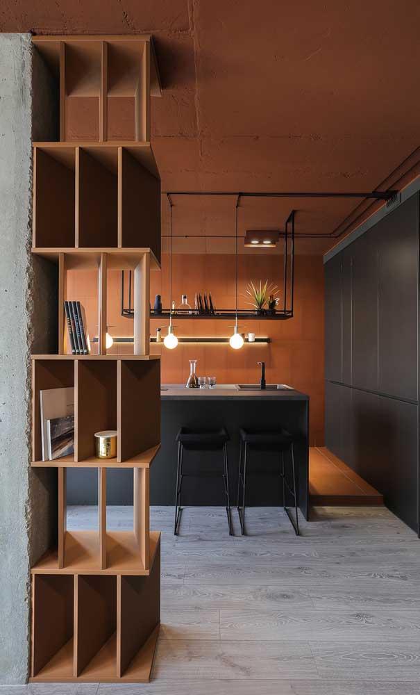 Os nichos de madeira também podem ser usados para marcar a divisão dos ambientes