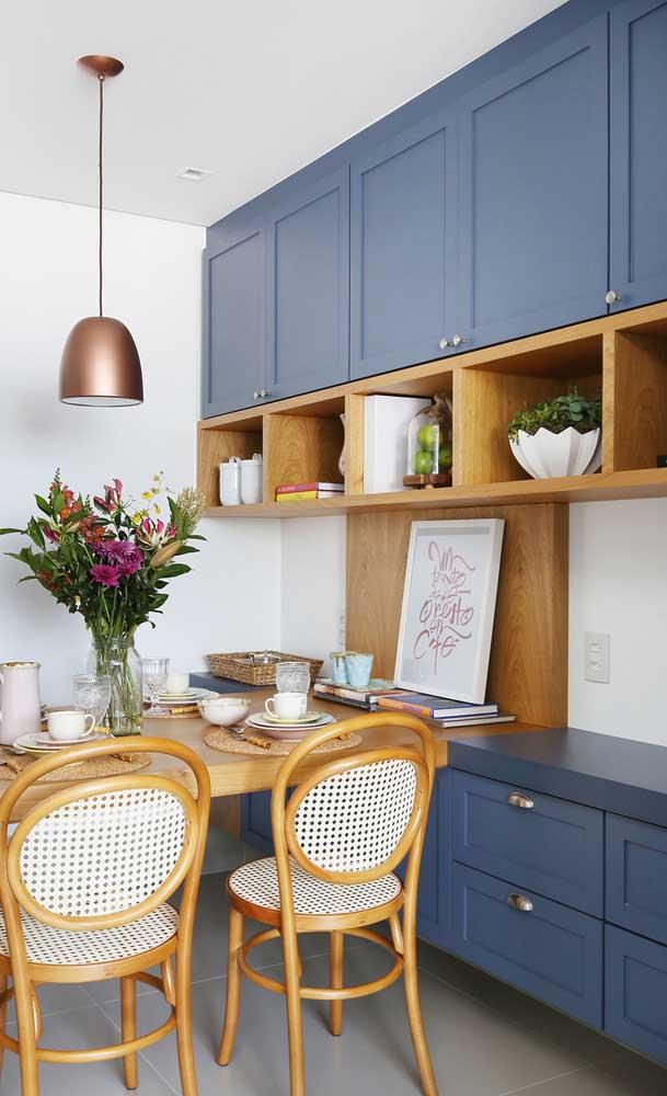 Essa sala de jantar com móveis de marcenaria clássica apostou no uso de nichos embutidos no armário