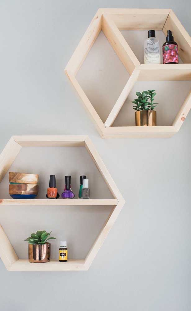Madeira crua e formatos diferenciados: uma ótima combinação para quem deseja nichos de madeira modernos