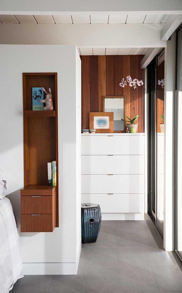 Nesse quarto de casal, os nichos de madeira foram embutidos na parede