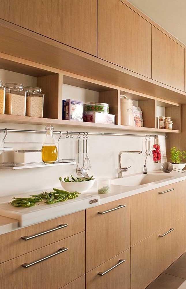 Use os nichos de madeira na cozinha para organizar os itens mais usados no dia a dia, simplificando a rotina
