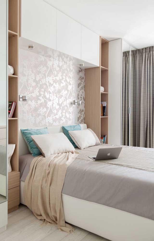 Quarto de casal planejado com nichos de madeira contornando as laterais da cama
