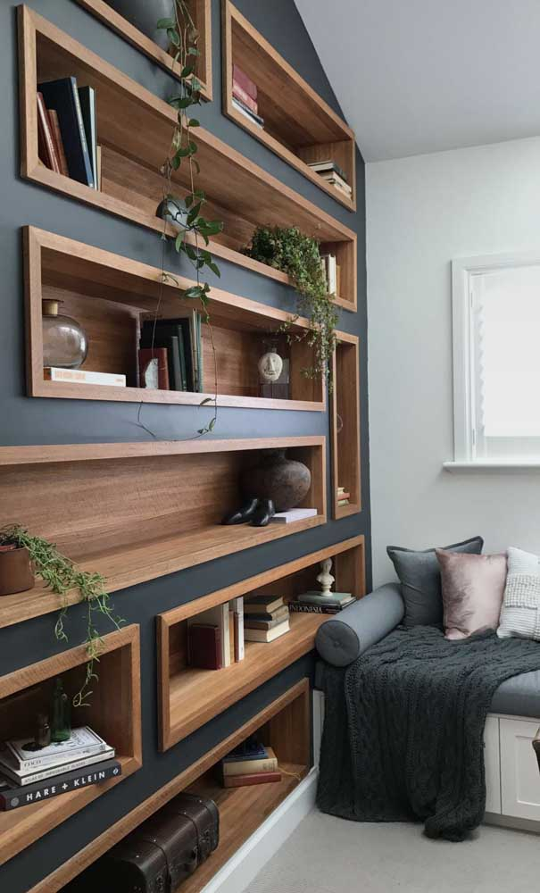 Proposta diferente de nichos de madeira: repare que a estrutura conta com molduras que dão volume ao conjunto